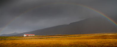 Arco iris sobre granja en Islandia Imagen de archivo libre de regalías