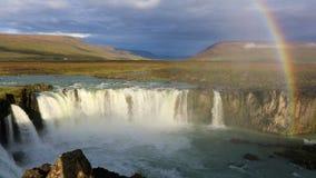 Arco iris sobre la cascada de Godafoss en Islandia almacen de video