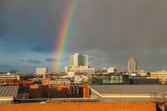 Arco iris sobre la ciudad de Hamburgo Foto de archivo