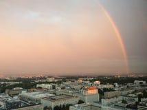 Arco iris sobre la ciudad de Varsovia Fotos de archivo