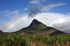 Arco iris sobre la montaña imagenes de archivo