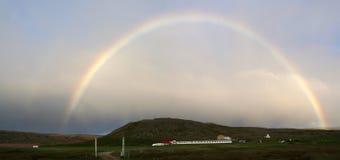 Arco iris sobre la playa de Breidavik en Iceland' s Westfjords Imagen de archivo