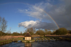 Arco iris sobre la prueba Hampshire Reino Unido del río Foto de archivo