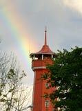 Arco iris sobre la torre de fuego de madera antigua fotografía de archivo
