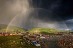 Arco iris sobre la universidad de Yaqing Buda Imagen de archivo