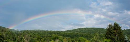 Arco iris sobre las colinas enselvadas Fotos de archivo libres de regalías