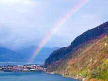 Arco iris sobre las montañas y el lago hermosos Foto de archivo libre de regalías