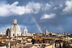 Arco iris sobre los tejados de Roma fotografía de archivo libre de regalías