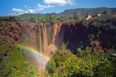 Arco iris sobre Muddy Waterfalls en Ouzoud, Marruecos Imágenes de archivo libres de regalías