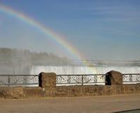 Arco iris sobre Niagara Falls Imágenes de archivo libres de regalías