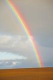 Arco iris sobre pista recientemente arada. fotos de archivo