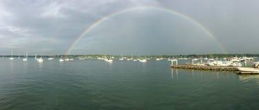 Arco iris sobre poca bahía del cuello en el puerto deportivo de Bayside en Nueva York Fotos de archivo