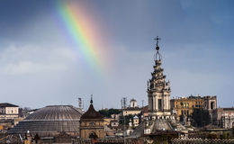 Arco iris sobre Roma imagenes de archivo