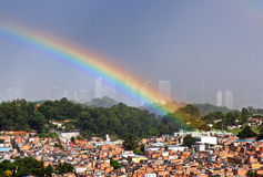 Arco iris sobre Sao Paulo, el Brasil Foto de archivo