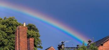Arco iris sobre tejados Foto de archivo libre de regalías