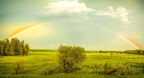 Arco iris sobre una escena rural del campo Imagen de archivo libre de regalías