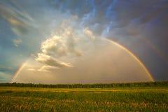 Arco iris tempestuoso magnífico Imagenes de archivo