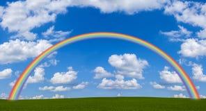 Arco iris a través del campo verde Foto de archivo libre de regalías