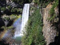 Arco iris y cascadas en montañas Fotos de archivo