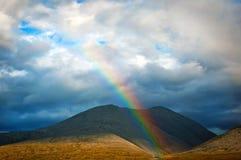 Arco iris y montañas imágenes de archivo libres de regalías