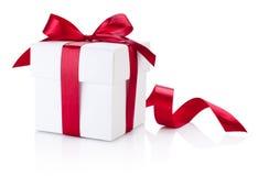 Arco legato bianco del nastro di Borgogna del contenitore di regalo isolato su backgr bianco immagini stock libere da diritti