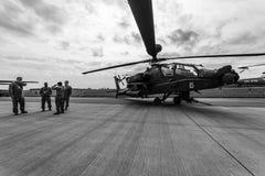 Arco longo de Boeing AH-64D Apache do helicóptero de ataque Exército dos EUA foto de stock
