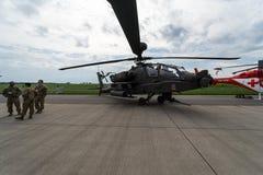 Arco lungo di Boeing AH-64D Apache dell'attacco con elicottero Esercito americano immagine stock libera da diritti