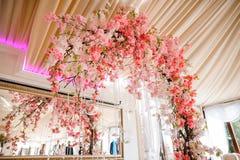 Arco magnífico de la boda adornado con las flores rosadas hermosas Imagen de archivo