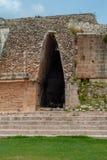 Arco maia antigo, feito com pedras, na área arqueológico de Ek Balam fotos de stock royalty free
