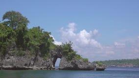 Arco na rocha e nas nuvens do mar Movimento rápido video estoque