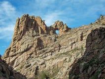 Arco natural da rocha contra o céu de Colorado fotografia de stock