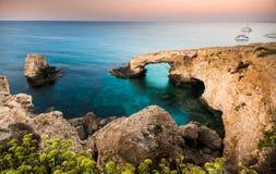 Arco natural da rocha em Ayia Napa na ilha de Chipre Imagens de Stock