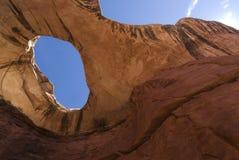 Arco natural de la roca en el parque nacional de Canyonlands Imagenes de archivo