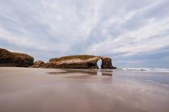 Arco natural de la roca en la playa de catedrales en Lugo, Galicia, España imagen de archivo libre de regalías