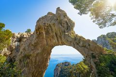 Arco Naturale είναι φυσική αψίδα στην ακτή του νησιού Capri, Ιταλία Στοκ Εικόνες