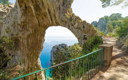 Arco Naturale είναι φυσική αψίδα στην ακτή του νησιού Capri, Ιταλία Στοκ φωτογραφία με δικαίωμα ελεύθερης χρήσης