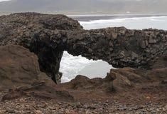Arco naturale alla spiaggia fotografia stock
