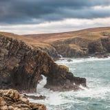 Arco naturale sulla linea costiera scozzese Fotografia Stock