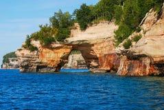 Arco nel cittadino descritto delle rocce Lakeshore Il Michigan, U.S.A. Immagini Stock Libere da Diritti