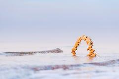 Arco nell'acqua di mare Fotografie Stock