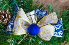 Arco-nudo del Año Nuevo de la cinta azul y blanca Foto de archivo