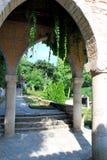 Arco orientale antico di coperto d'edera Fotografia Stock Libera da Diritti