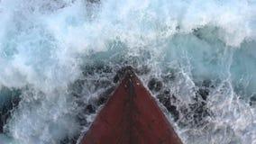 Arco oxidado del ` s de la nave que estrella las ondas del mar - envíe el ` s adelante almacen de metraje de vídeo