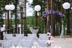 Arco para la ceremonia de boda, adornado con las flores del paño y Imagen de archivo libre de regalías