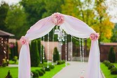 Arco para la ceremonia de boda Florístico Imagenes de archivo