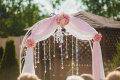 Arco para la ceremonia de boda Florístico Imagen de archivo
