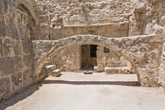 Arco prima dello sviluppo dell'entrata nello stagno delle rovine di Bethesda in vecchia città di Gerusalemme immagini stock