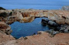 Arco/puente de piedra naturales en el mar Mediterráneo Fotografía de archivo