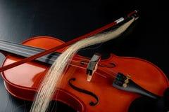 Arco quebrado al violín Instrumento musical dañado foto de archivo