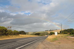 Arco-íris sobre a estrada Fotografia de Stock Royalty Free